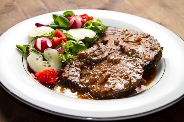 Говядина, украшенная свежим салатом