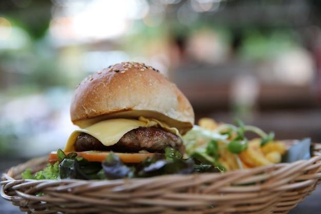 Гамбургер из говядины на деревянном фоне