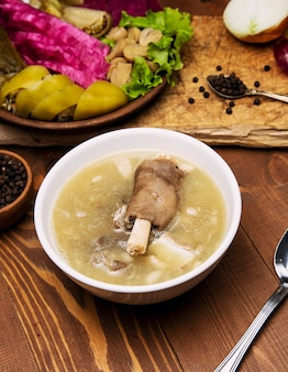 Говяжий суп, бульон из баранины с куском мяса, томатный соус и лук, сумах.