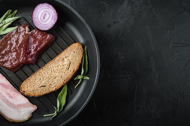 Печень говяжья, нарезанная с беконом на сковороде-гриль