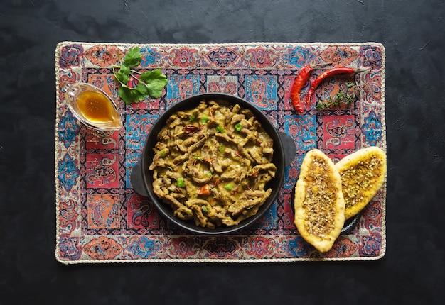 Масала карри из говядины. мясное карри по-керальски. вид сверху.