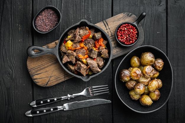 주철 프라이팬에 쇠고기 고기와 야채 스튜 제공, 평면도 평면 배치