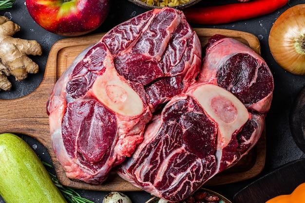 커팅 보드와 야채 상위 뷰 클로즈업에 쇠고기 고기. 고품질 사진
