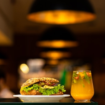 オレンジカクテルジュースと牛肉のサンドイッチ