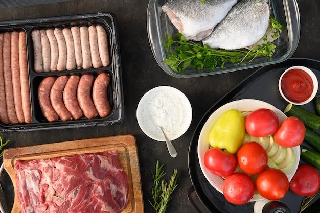バーベキューグリルバーベキューパーティーの外で牛肉の野菜とソーセージ