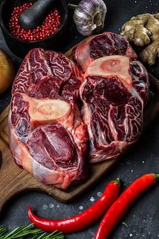 커팅 보드에 뼈와 그것의 준비 근접 세로 사진에 대 한 향신료와 쇠고기 고기. 고품질 사진