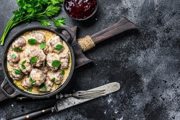 Котлеты из говядины в сливочном соусе на сковороде.