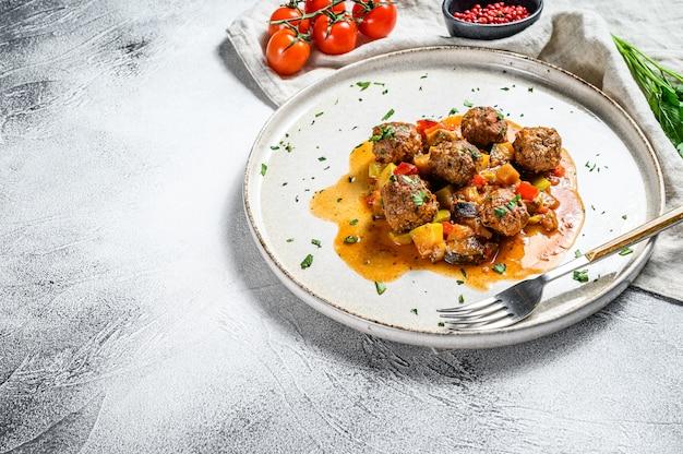 Тефтели из говядины с томатным соусом и овощами