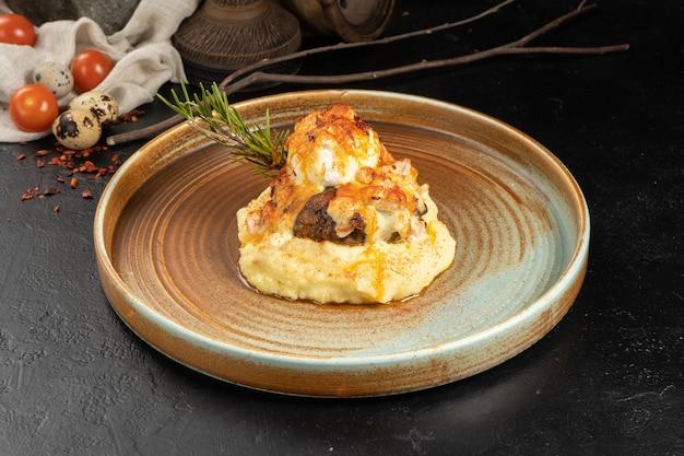 Котлета из мяса с картофельным пюре, яйцом пашот и розмарином
