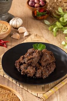 ビーフレンダンは、インドネシア西スマトラ州のミナンカバウ地方を起源とするミナン料理です。
