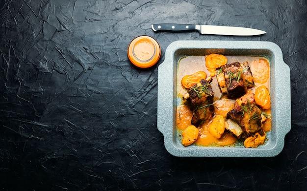 살구에 조린 쇠고기 갈비. 과일 소스를 곁들인 고기 찜. 공간 복사
