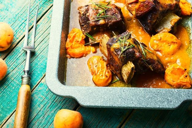 살구에 조린 쇠고기 갈비. 과일 소스를 곁들인 찐 고기