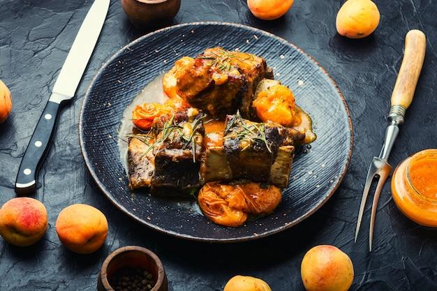 살구에 조린 쇠고기 갈비. 과일 소스를 곁들인 송아지 고기