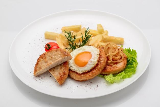 Beef rissole, сочный стейк из говядины с помидорами и картофелем