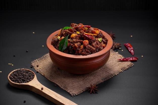土器にアレンジしたビーフローストビーフまたはポチュラルテヤドゥケララの特製料理