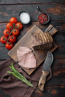 쇠고기 불고기 슬라이스 세트, 나무 커팅 보드, 오래 된 어두운 나무 테이블, 평면도 평면 누워