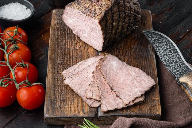 쇠고기 불고기 슬라이스 세트, 나무 절단 보드, 오래 된 어두운 나무 테이블에