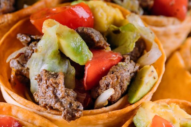 Салат из говядины в тако шишках с перцем и авокадо