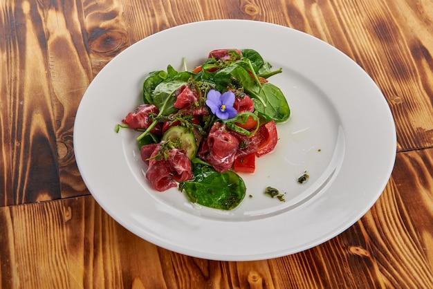Салат из говядины со смесью зелени и помидоров черри