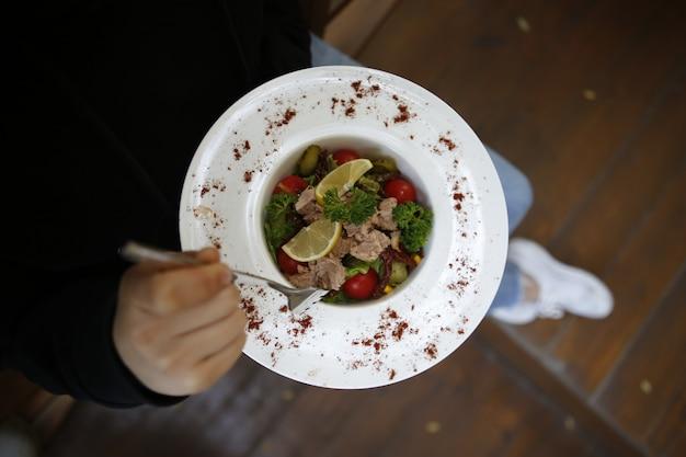 Салат из говядины с ингредиентами