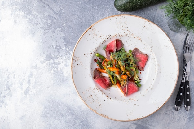 접시에 야채와 함께 쇠고기 샐러드입니다. 공간을 복사합니다. 평면도
