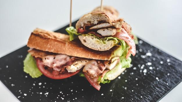 Сэндвич из говяжьей вырезки с ветчиной и сыром