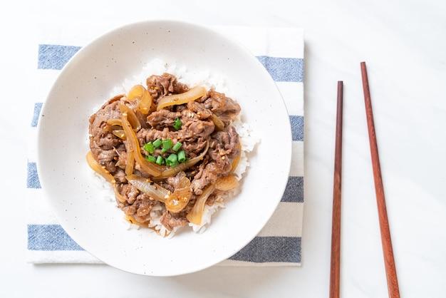 牛肉をご飯にスライスしたもの(gyuu-don)-日本食スタイル