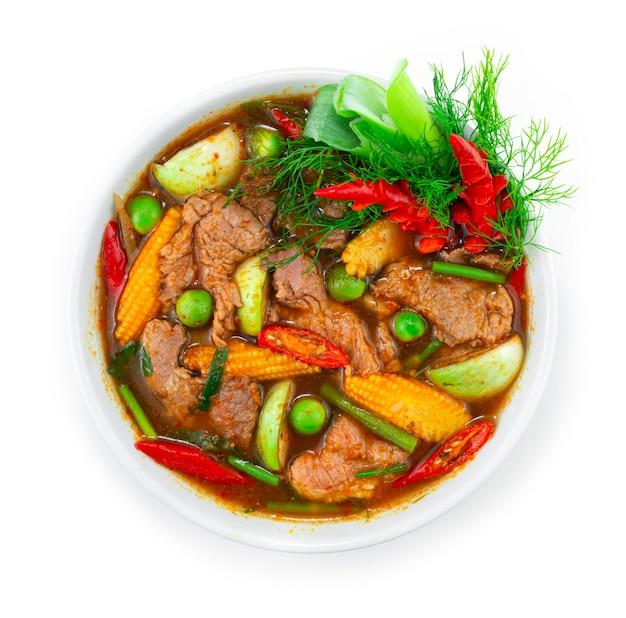 ビーフスパイシーレッドカレー春のスープとハーブタイ料理ローカルスタイルは、唐辛子と野菜の彫刻で飾るトップビュー