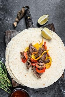 Стейк из говядины фахитас с тортильей, смесью перца и лука традиционные мексиканские блюда