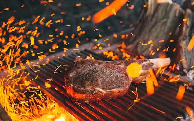쇠고기 스테이크는 불에 요리됩니다. 쇠고기 갈비 바베큐.