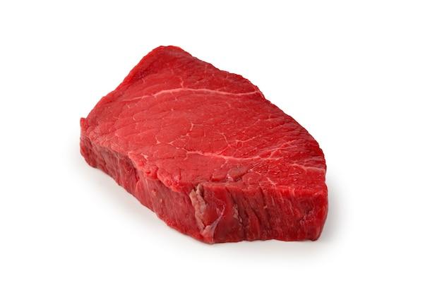 白い表面に分離されたビーフステーキ。