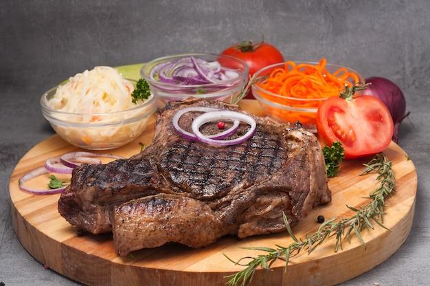 Стейк из говядины на кости су-вид с луком, морковью, капустой