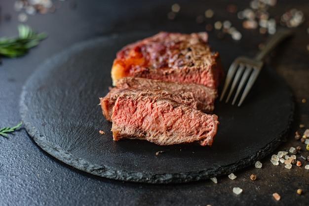 Стейк из говядины рибай мясо телятины на гриле сочное и жареное редкое или среднее