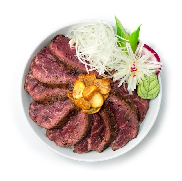 쇠고기 스테이크 덮밥 덮밥 미디엄 레어 온톱 바삭한 마늘과 와사비 일식 스타일 topview