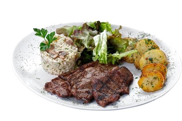 격리된 흰색 배경에 감자와 쌀을 넣은 쇠고기 스테이크