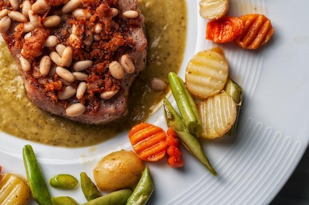 올리브 오일과 구운 야채와 쇠고기 스테이크
