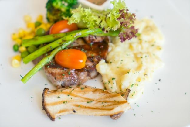 야채와 쇠고기 스테이크