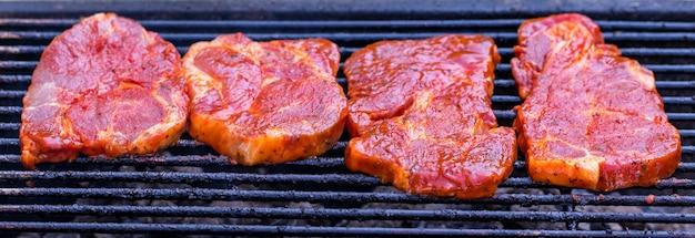 불꽃 그릴에 쇠고기 스테이크.