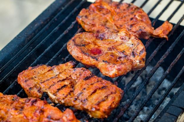 화 염 그릴에 쇠고기 스테이크입니다.