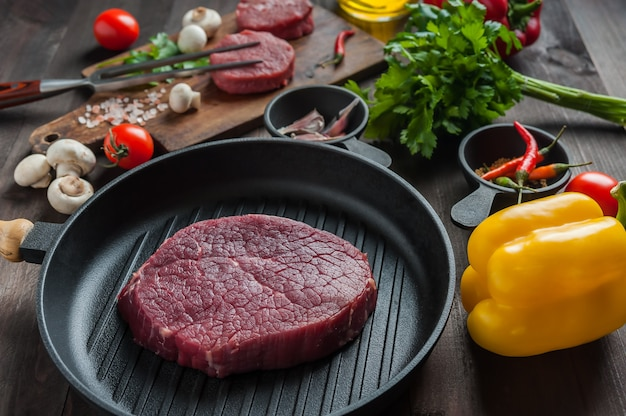 Стейки из говядины готовы к приготовлению, кулинарный фон. свежее сырое мясо на деревянной разделочной доске