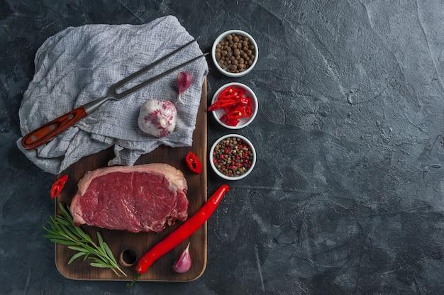 Готовые к приготовлению стейки из говядины