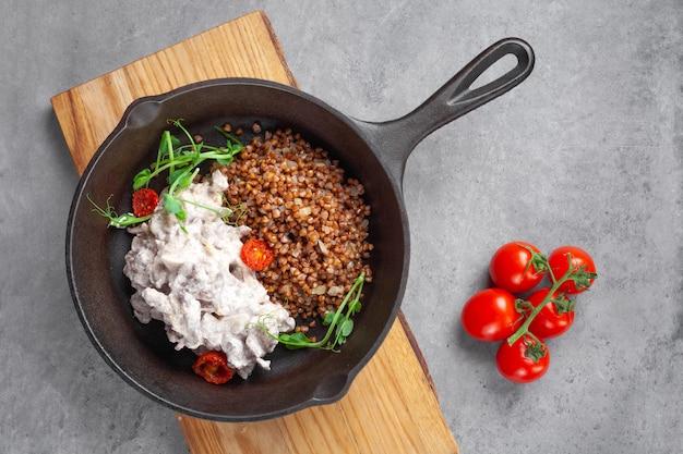 Бефстроганов в сливках и гречка с помидорами черри на сковороде
