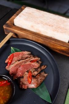 Татаки из говядины на острой соли с соусом