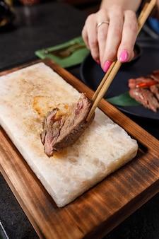 牛肉のたたきを温かい塩とタレでお召し上がりいただけます