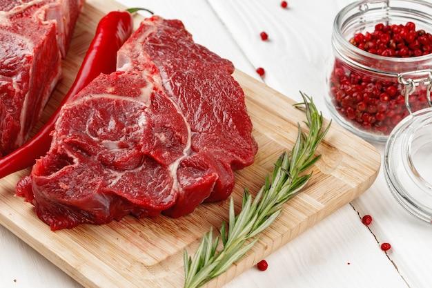 나무 테이블에 나무 보드에 쇠고기 안심