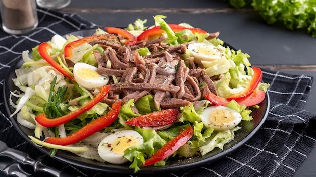 신선한 야채를 곁들인 우설 샐러드