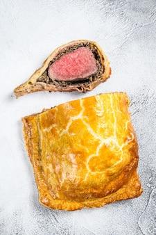 안심 고기를 곁들인 비프 웰링턴 퍼프 파이 클래식 스테이크 요리.