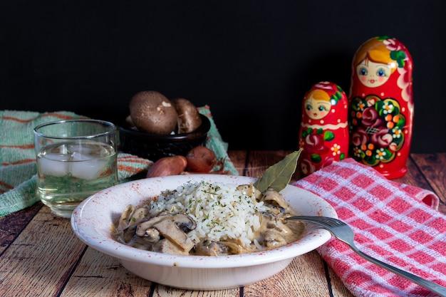 Говядина с грибами и рисом в миске