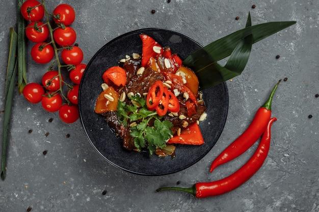 牛肉の中華鍋。中国の鋳鉄鍋で伝統的な中国のモンゴル牛肉炒め