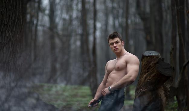 «говяжий мужчина, ставящий в лес»